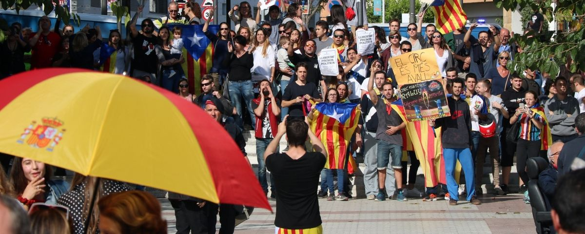 Pla general de manifestants independentistes escridassant els seguidors de Ciutadans durant un míting a Sant Andreu de Llavaneres. Foto: ACN