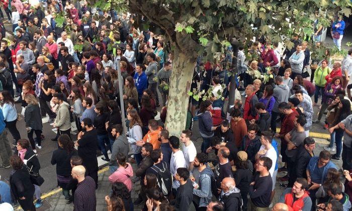 Argentonins durant la jornada de l'1 d'octubre, al carrer. Foto: Ajuntament d'Argentona