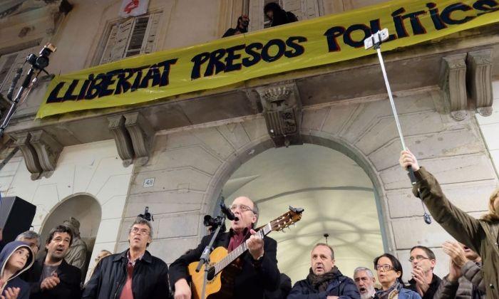Actuació del cantautor mataroní Genís Mayola, sota la pancarta. Fotos: R. G.