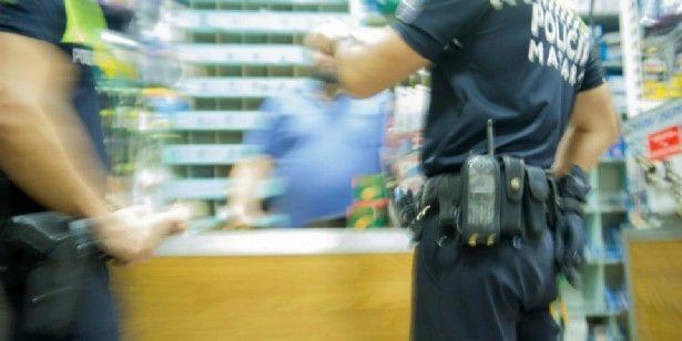 Policia local, a l'interior d'un negoci del barri de Rocafonda, en una imatge d'arxiu