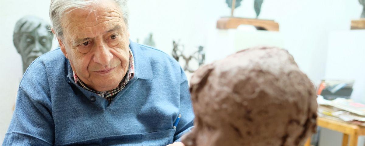 L'escultor Manuel Cusachs, al seu taller. Fotos: R. Gallofré