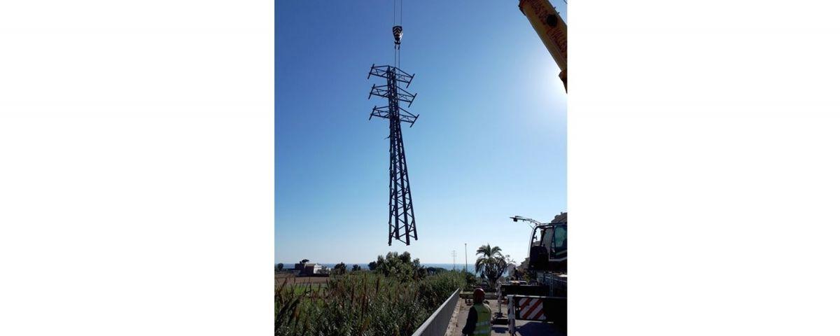 Una de les vuit torres metàl·liques retirades.