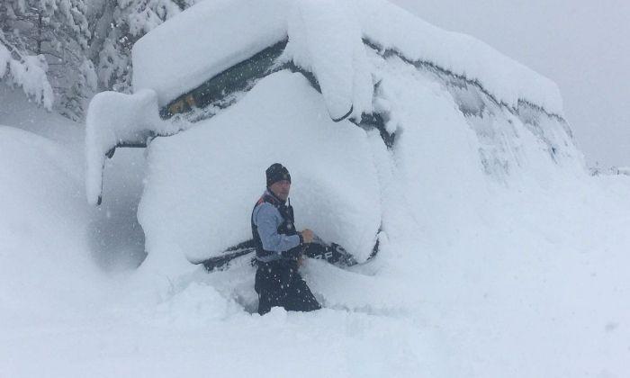 L'autobús colgat per la neu. Foto: Mossos d'Esquadra