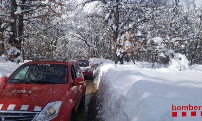 Imatge de la neteja de la carretera colgada per la neu. Foto: Bombers