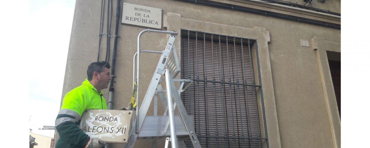 Canvi de plaques. Foto: Ajuntament
