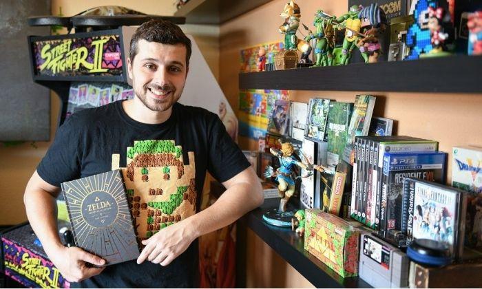 Salva Fernández amb el llibre 'Zelda, detrás de la leyenda'.