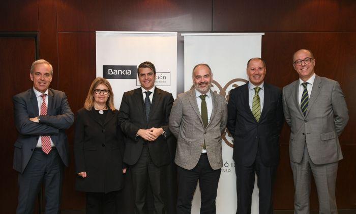 Representants de Bankia i de la Fundació Iluro en la signatura del conveni.