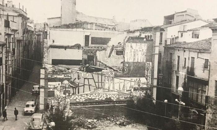 L'enderrocament de l'edifici i de l'esgrafiat l'any 1968. Foto: Santi Carreras