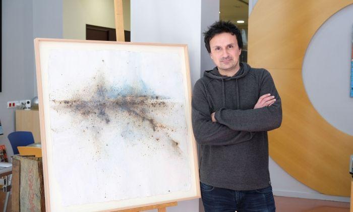 Punsola amb una de les obres que exposarà a Capgròs