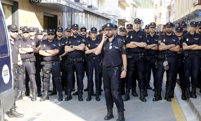 Un gruix dels agents de la policia espanyola que s'allotjava a Pineda de Mar, formen a l'exterior de l'hotel.