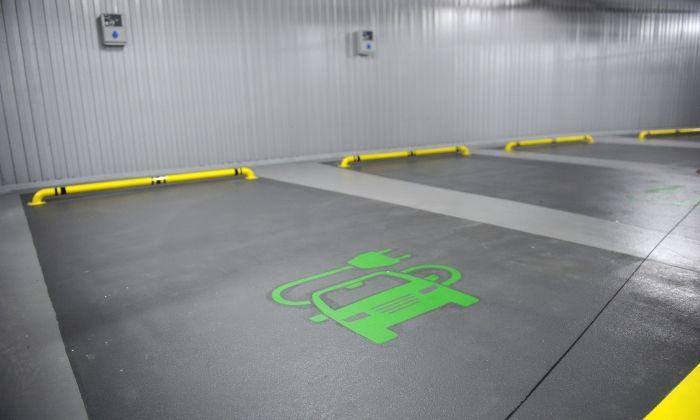 Punts de recàrrega a l'interior d'un garatge.