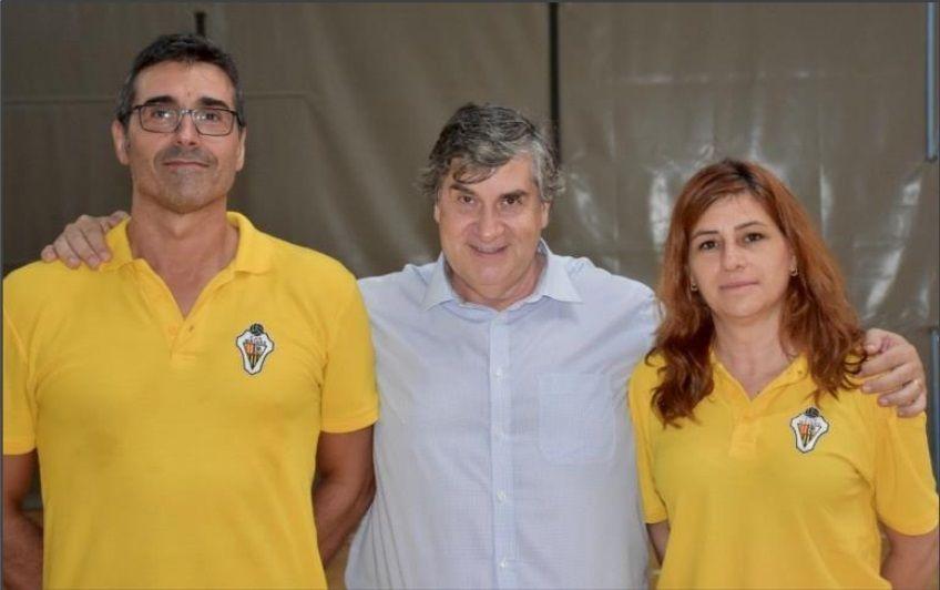 Rosi Hernández, a la dreta amb el president i l'entrenador del primer equip masculí.