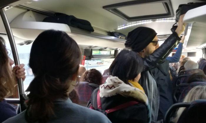 El bus E.11.1, amb usuaris dempeus un dissabte d'aquest 2018. Foto: V. B.