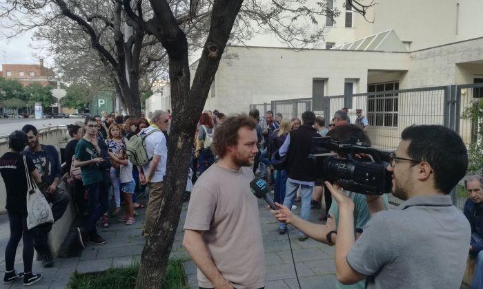 El germà del detingut, atenent a la premsa, durant la concentració en suport del mataroní. V. B.