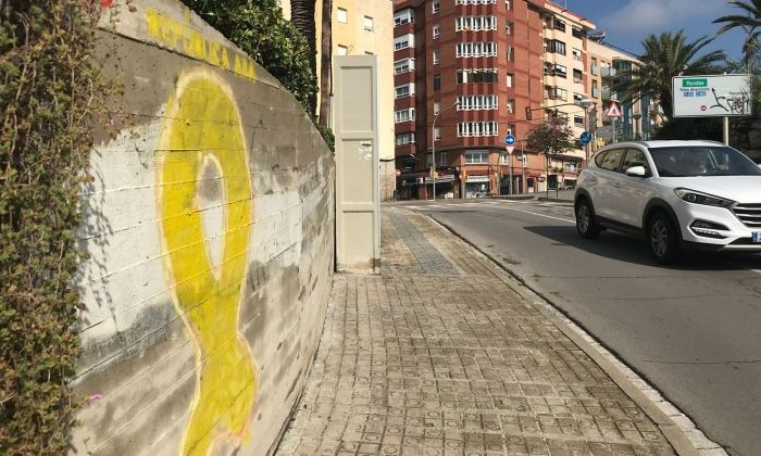 El llaç groc que presumptament hauria pintat el mataroní a Sant Simó. Foto: R. G.