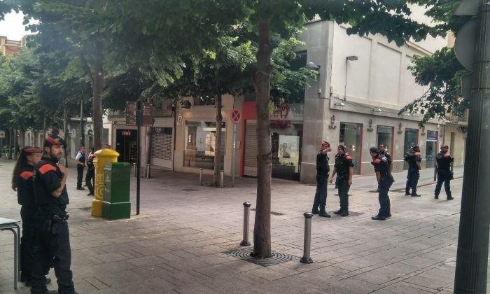 Policia desplegada davant de l'Ajuntament. Foto: E. Arroyo