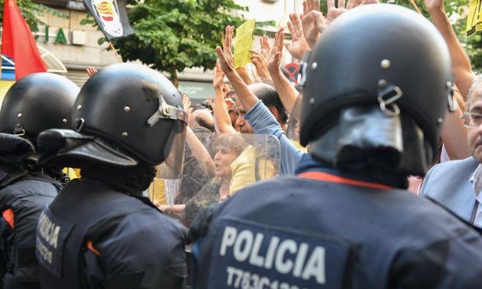Policia durant la manifestació. Foto: R.Gallofré