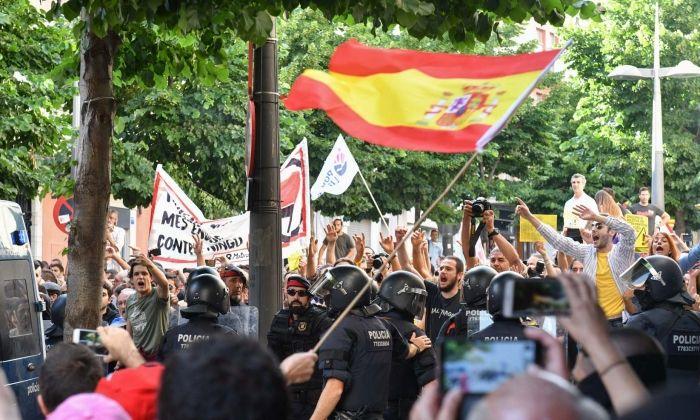 Xoc de manifestacions davant l'Ajuntament. Foto: R.Gallofré