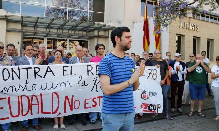 Desenes de persones han donat suport a l'alcalde d'Argentona, Eudald Calvo, a l'entrada dels Jutjats de Mataró. Foto: ACN