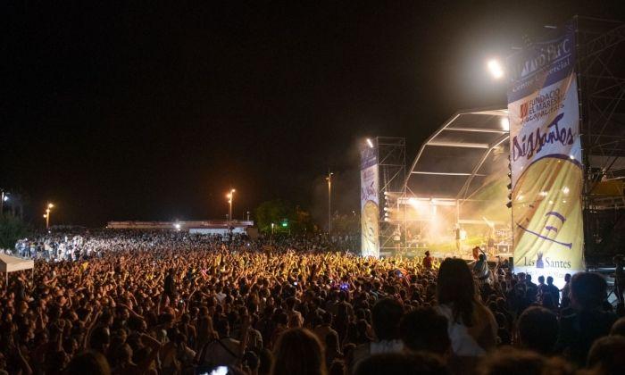 Milers de persones a la platja durant les DisSantes. Foto: R. Gallofré