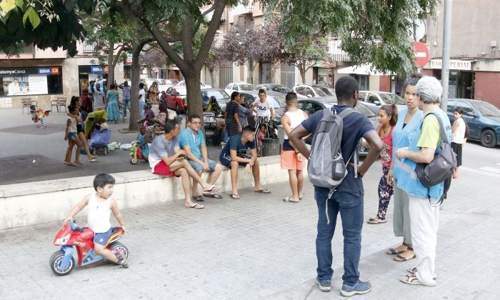Mediadors parlant amb un veí a Rocafonda/ Foto: Jordi Pujolar, ACN