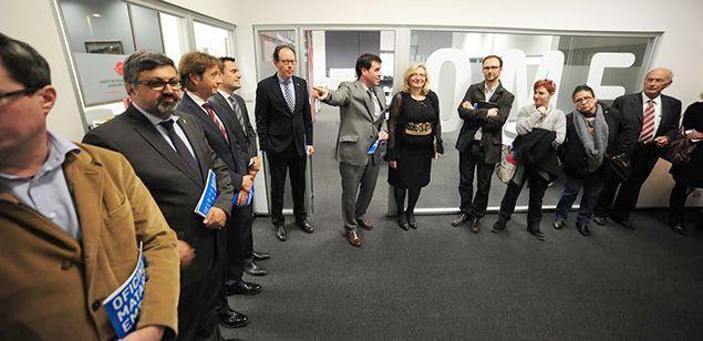 Miquel Rey ensenyant els nous espais de l'Oficina Mataró Empresa.