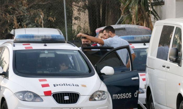 Els Mossos s'emporten un dels detinguts en l'operació contra el narcotràfic després de participar en la reconstrucció d'un crim a Argentona. Foto: ACN