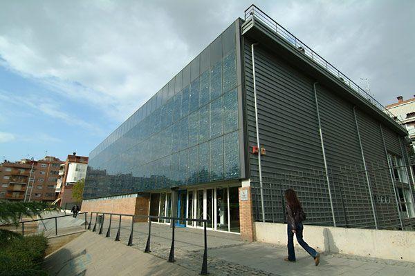Façana de la biblioteca Pompeu Fabra.