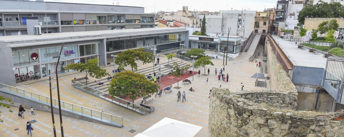 La plaça de la Muralla i el sector de Can Xammar. Fotos: R. Gallofré