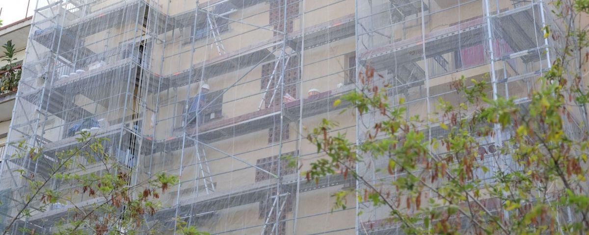 Rehabilitació d'una façana al barri de Rocafonda. Foto: R.Gallofré
