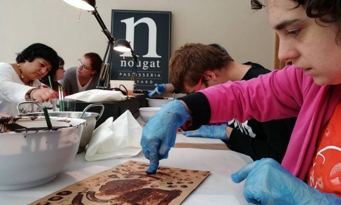 Pintant les etiquetes a Nougat. Foto: Fundació Maresme