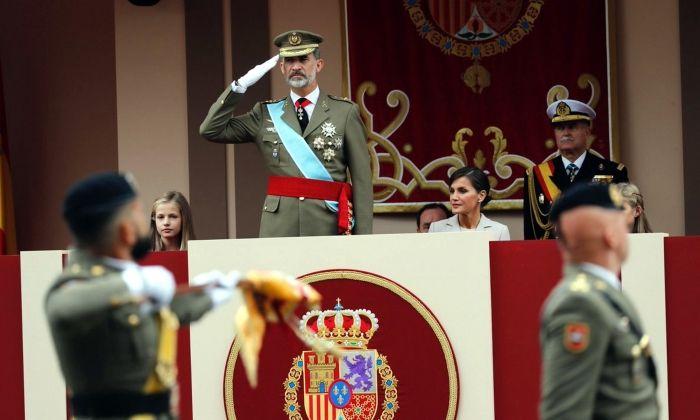 El rei Felip VI presenciant la desfilada militar del 12 d'octubre de 2018. Foto: ACN