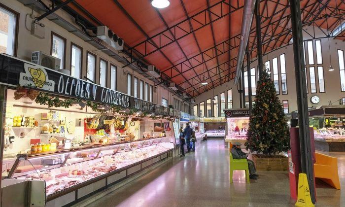 Interior del mercat de la plaça de Cuba. Foto: R. G.