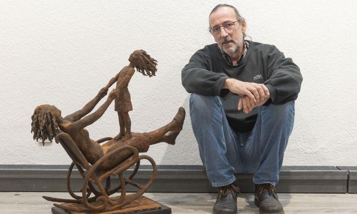 Josep Maria Gomis amb una de les obres de la mostra