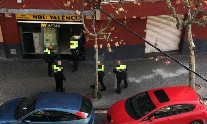 Actuació policial al bar del carrer València. Foto: Cerdanyola Directo