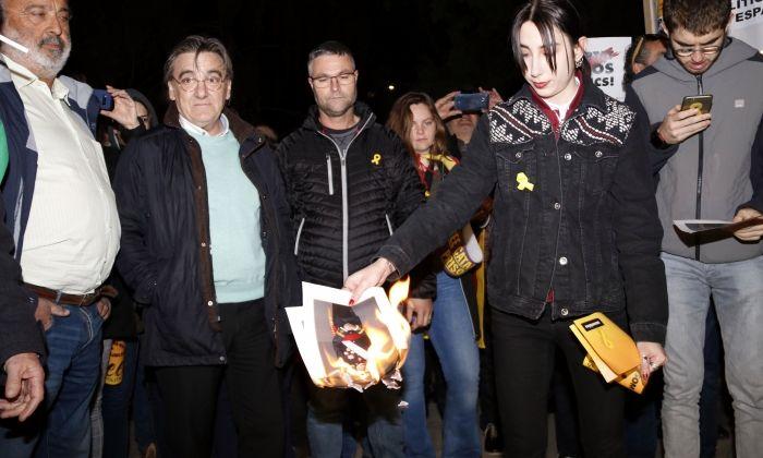 Imatge de crema de fotos del rei a la concentració davant la subdelegació del govern espanyol a Lleida el passat mes de març. Foto: ACN