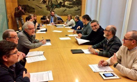 El jurat en la reunió sobre la polèmica del vencedor i un dels seus membres. Foto: @matarocat