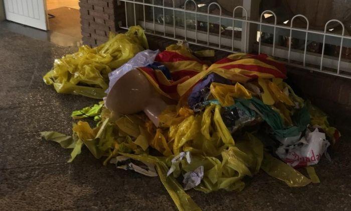 Una pila de llaços grocs arrencats i un vàter davant la botiga-celler de l'alcalde de Sant Andreu de Llavaneres, Joan Mora