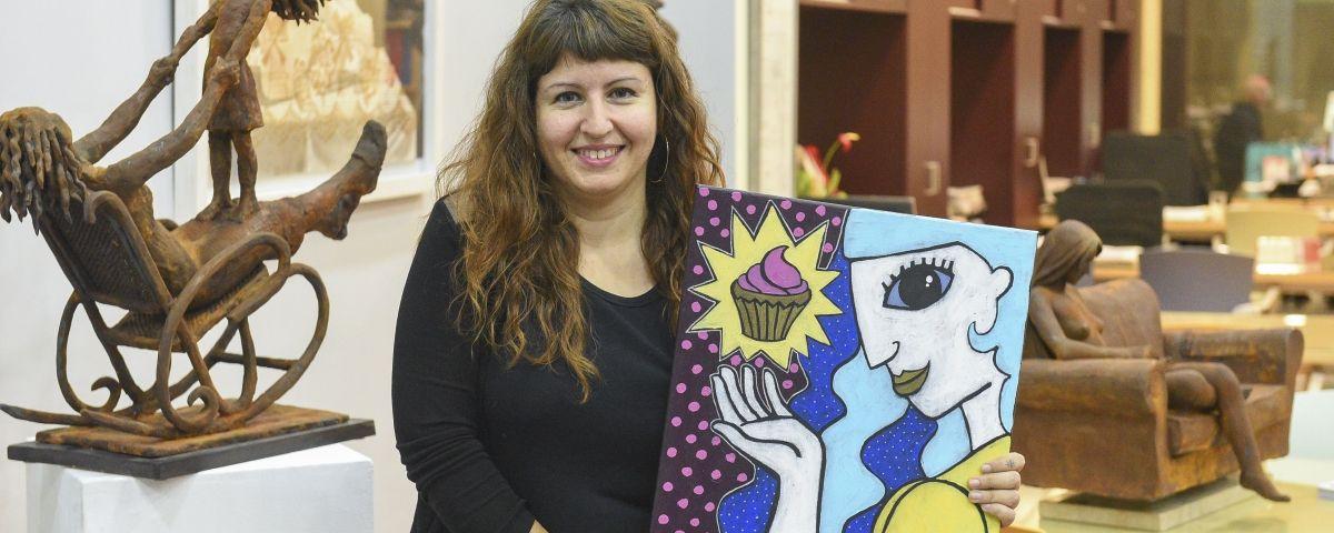 Anna Torralba amb una de les obres de la mostra
