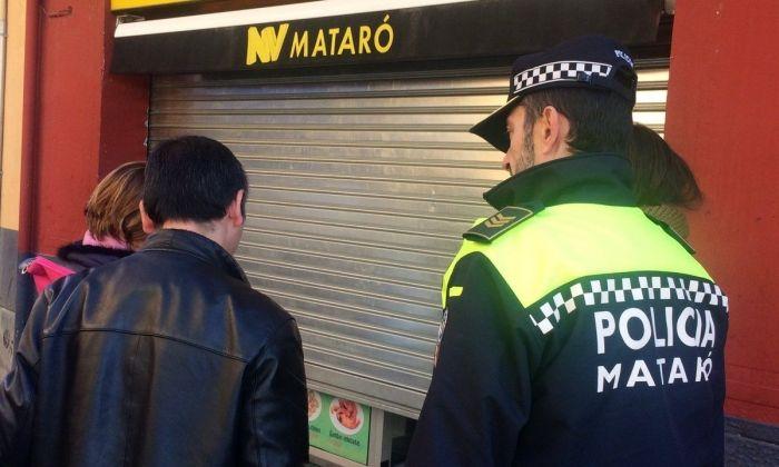 La policia local, tancant el bar. Foto: Ajuntament de Mataró