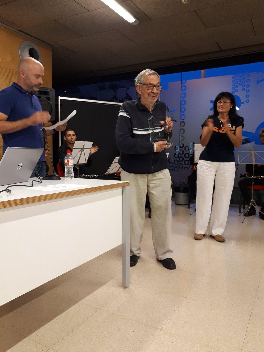 Rafael Juncadella, recollint un reconeixement d'Òmnium Cultural. Foto. Òmnium