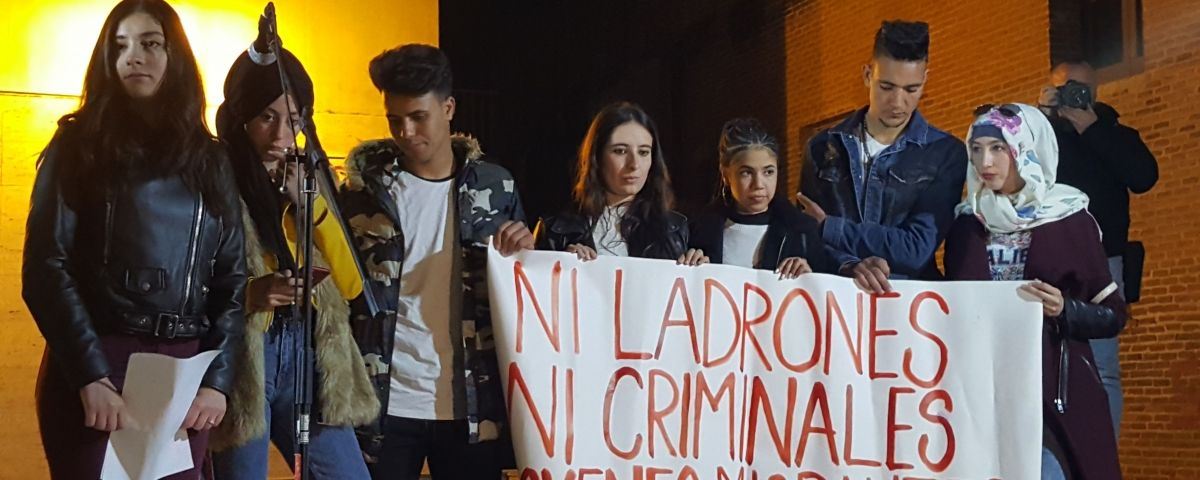 Un grup de joves llegeixen un manifest contra el racisme vers els Mena a Canet de Mar. Foto: ACN