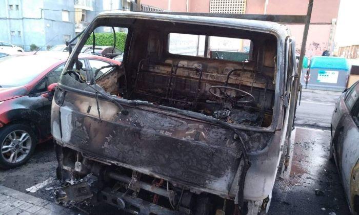 Un dels vehicles cremats al carrer Alarona. Foto: Cerdanyola Directo