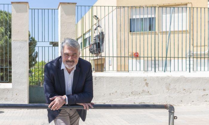 José Manuel López, a l'entrada de l'escola Cirera Foto: R. Gallofré