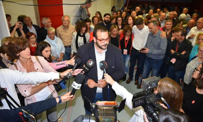 Bote, atenent els mitjans durant la nit electoral. Foto: R. Gallofré