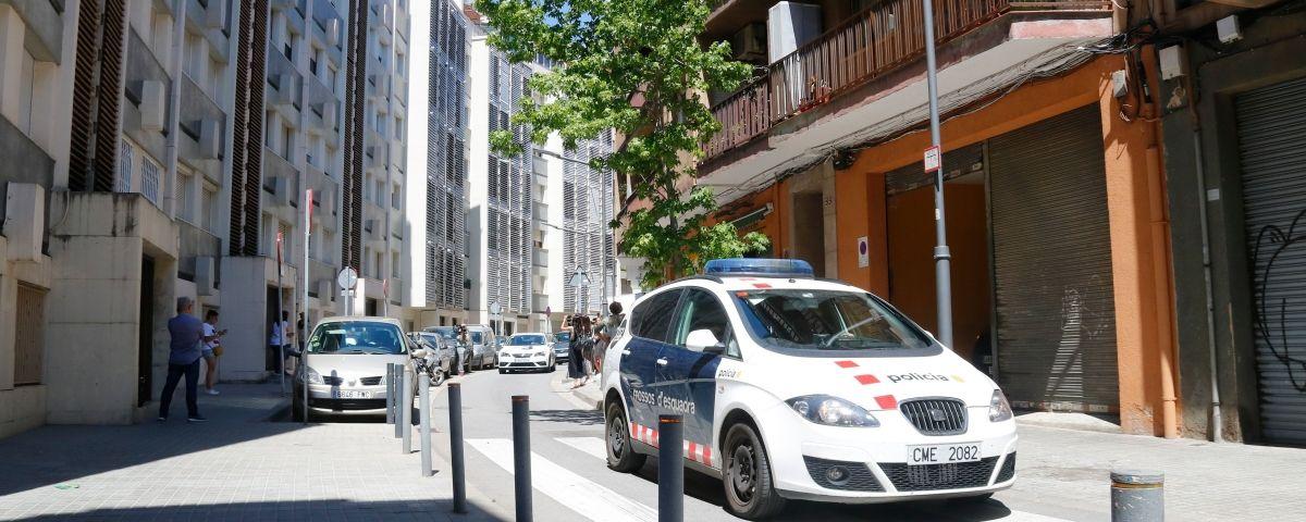Un vehicle dels Mossos d'Esquadra davant l'edifici del carrer Burriac on la Karolina va ser assassinada. Foto: ACN