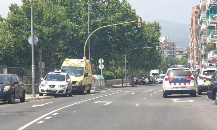 Policia Local i Mossos a la seu de Benestar Social. Foto: Raúl Yeste / Cerdanyola Directo