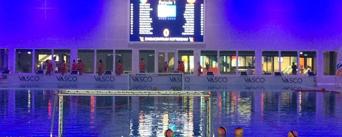 Instants abans del partit a Rotterdam.