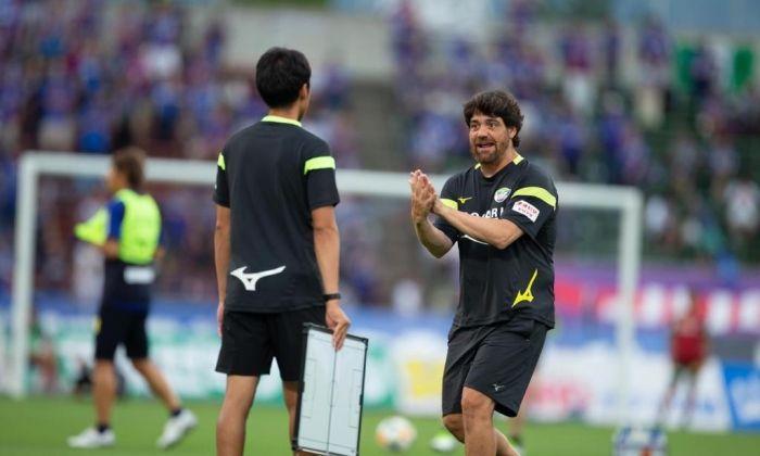Abel Mourelo entrenant al Japó.
