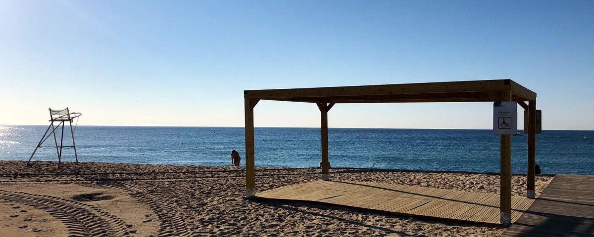 La nova pèrgola a la platja del Varador. Foto: Ajuntament